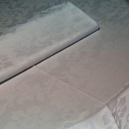toalha de mesa branca adamascada