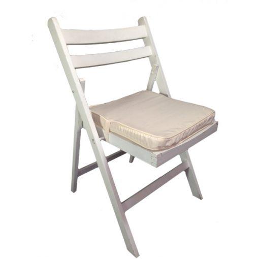 cadeira de madeira branca com coxim bege