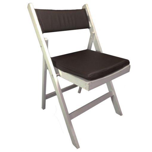 cadeira de madeira branca com coxim e costas em couro