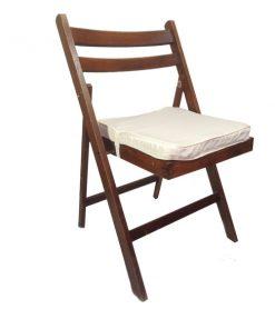 cadeira de madeira mogno com coxim bege